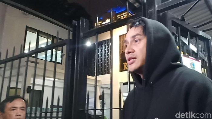 Vicky Nitinegoro meninggalkan Polda Metro Jaya setelah dinyatakan tak terkait kasus narkoba. (Samsudhuha/detikcom)