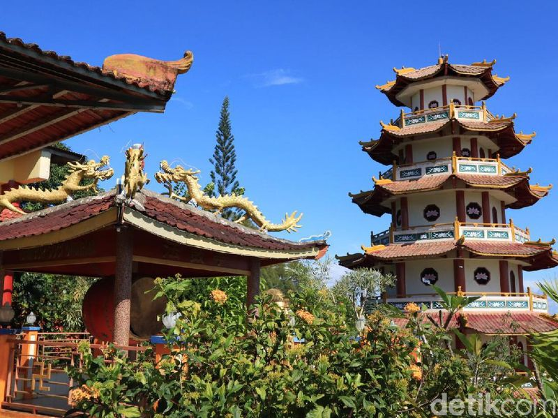 Berlokasi di Jalan Jenderal Ahmad Yani No.49, Klakublik, Kota Sorong, Vihara Buddha Jayanti tegak berdiri di atas bukit. Kehadirannya menjadi warna di tanah Papua yang mayoritas dihuni oleh umat nasrani (Randy/detikcom)