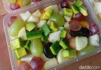 Cuaca Panas Terik, Omzet Salad Buah Melonjak Naik
