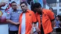 Amir Mirza Gumay dihadirkan dalam rilis dengan memakai baju tahanan. Tangannya juga diikat.