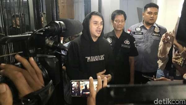Penampakan Perdana Vicky Nitinegoro saat Tinggalkan Polda