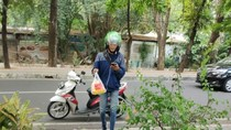 Kocak, Driver Ojol Pesan Makanan Pakai Jasa Ojol Lainnya
