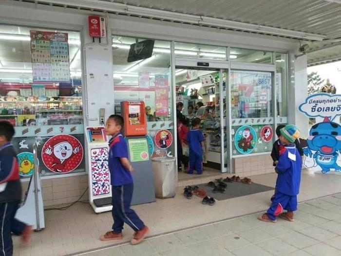 Anak-anak di Thailand yang begitu lugu ini melakukan tindakan membuka alas kaki sebelum masuk sebuah mini market. Foto: facebook Chanawin Sonrayothin