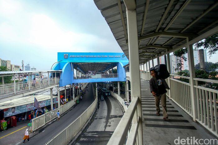 Pembangunan Jembatan Penyeberangan Multiguna (JPM) atau skybridge di kawasan Tanah Abang merupakan salah satu upaya Pemprov DKI Jakarta untuk melakukan penataan di kawasan Tanah Abang tersebut.
