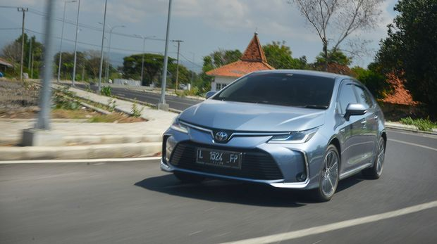 Mobil Corolla Altis Hybrid