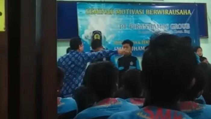 Viral motivator tempeleng pelajar di malang (Foto: Tangkapan layar video)