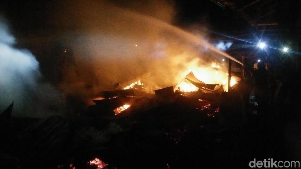 Kebakaran Melanda Pasar di Banyumas, 4 Unit Damkar Dikerahkan