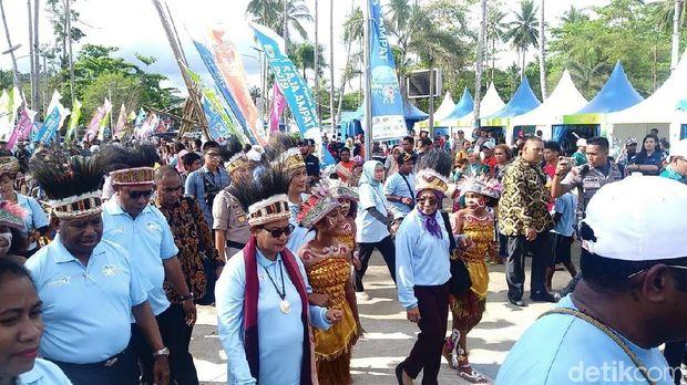 Menteri Yohana Yembise Buka Festival Pesona Bahari Raja Ampat