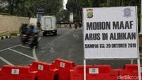 Dengan adanya penutupan ruas Jalan Gatot Subroto tersebut, kendaraan yang mengarah ke Slipi lewat depan Gedung DPR akan dialihkan ke kiri ke Jalan Gerbang Pemuda dan seterusnya.
