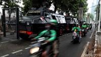 Polisi menutup akses Jalan Gatot Subroto menuju ke Gedung DPR. Penutupan diberlakukan hingga selesai pelantikan presiden dan wakil presiden 20 Oktober 2019.