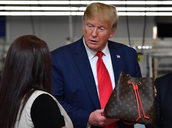 Presiden Trump di pabrik Louis Vuitton. (Foto: Nicholas Kamm / AFP)