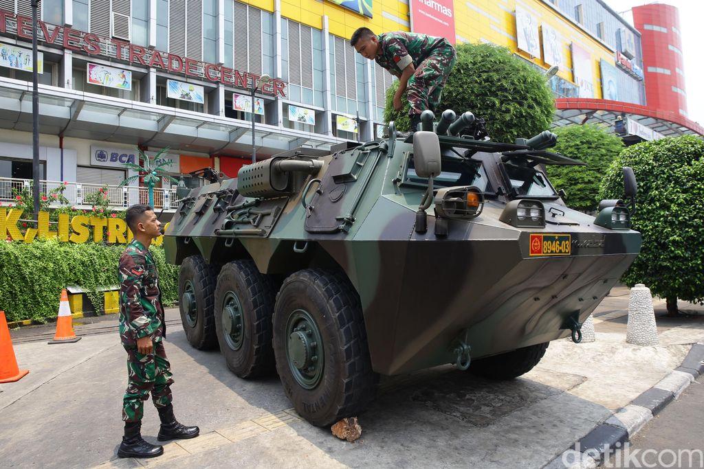 Kendaraan taktis berupa panser Anoa terlihat nampang di LTC Glodok, Jakarta. Jelang pelantikan Presiden, pengamanan beberapa objek vital diperketat.