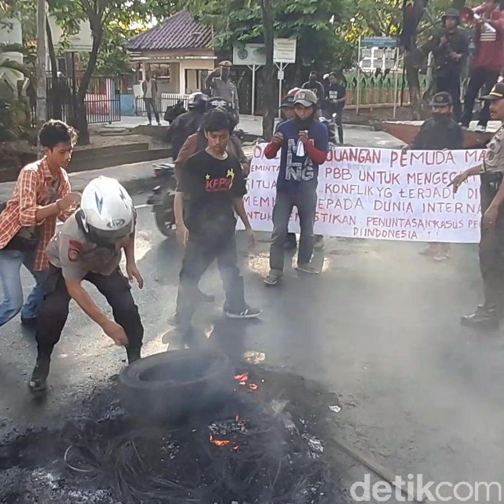 Massa Demo di Depan Kampus UIN Makassar Nyaris Ricuh dengan Polisi