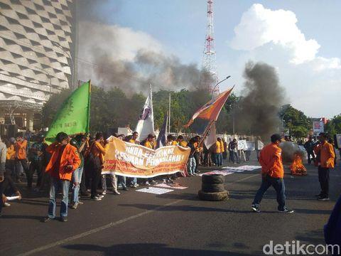 Demo mahasiswa di Jl Pettarani, Makassar, Jumat (18/10)- (Hermawan-detikcom)