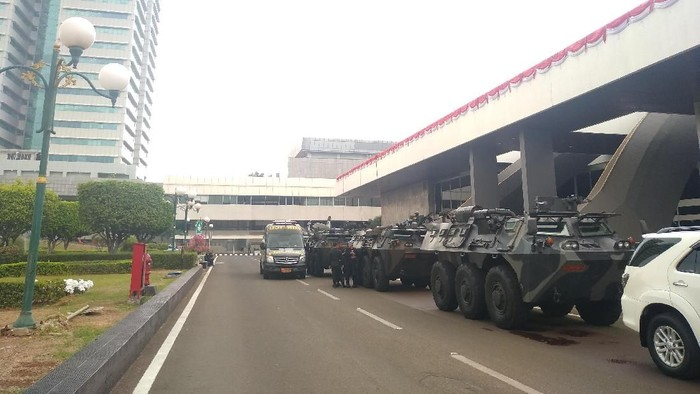 Foto: Panser Anoa siaga di kompleks parlemen jelang pelantikan Jokowi. (Nur Azizah/detikcom).