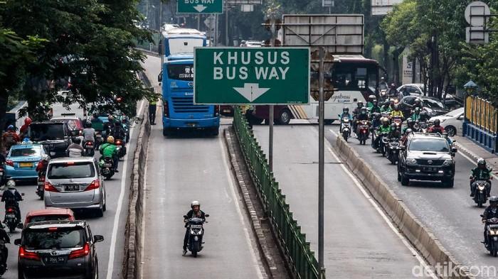 Razia polisi merupakan momok yang ingin dihindari para pemotor di jalanan. Hal itu terlihat saat para pemotor nekat putar balik di busway demi terhindar razia.