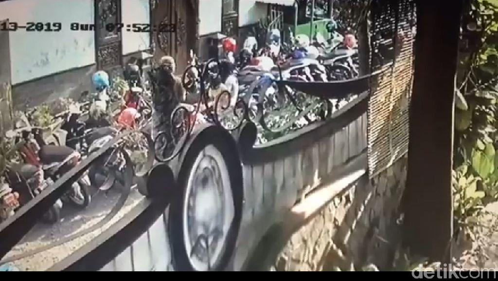 Viral, Wanita Gendong Anak Curi Motor di Parkiran Kota Mojokerto