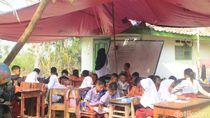 Sekolah Direnovasi, Siswa SD Karawang Belajar di Kelas Terpal