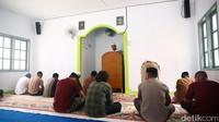 Di siang hari, biasanya masyarakat memainkan lagu-lagu rohani kristen melalui pengeras suara kampung. Untuk menghormati umat muslim, hari Jumat siang hanya lantunan adzan yang berkumandang. (detikcom)