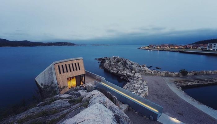 Restoran Under berlokasi di pesisir laut utara Norwegia tepatnya di perairan Lindesnes yang berair dingin. Di sini pencinta makanan akan dimanjakan sensasi bersantap yang menantang adrenalin. Foto: instagram @underlindesnes