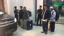 Penyidik KPK Bawa 4 Koper Usai Geledah Kantor Wali Kota Medan