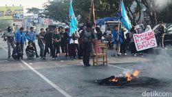 Tuntut Copot Kapolri, Mahasiswa Unismuh Makassar Tutup Jalan