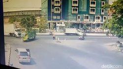 CCTV Detik-detik Juru Parkir Tertabrak Truk di Pasuruan