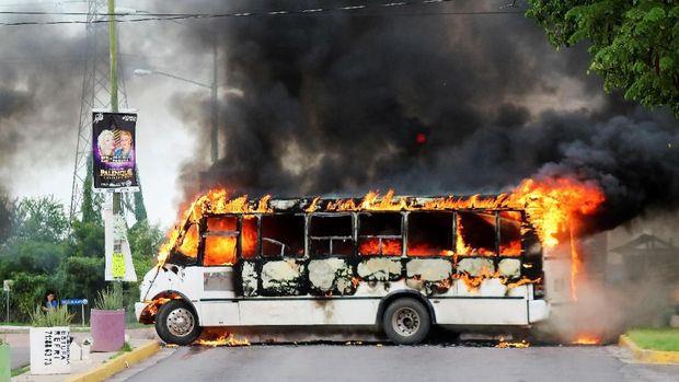 Situasi saat anggota kartel narkoba membakar kendaraan untuk memblokir jalan usai anak El Chapo ditahan polisi militer Meksiko