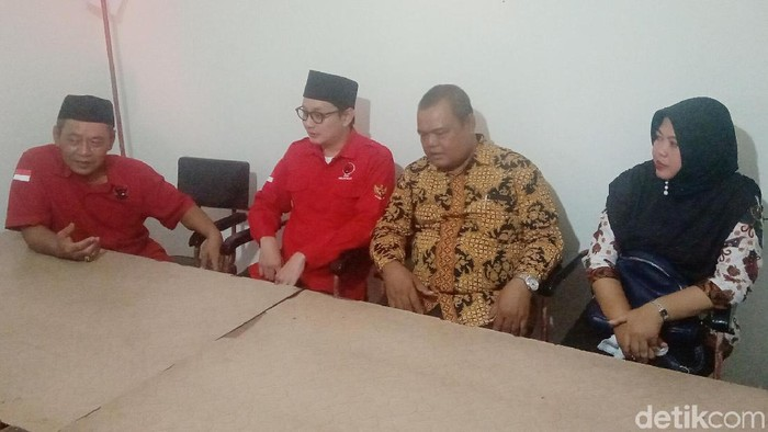 Pengembalian berkas pendaftaran bakal cawabup di Posko Pemenangan PDIP Purworejo, Jumat (18/10/2019). Foto: Rinto Heksantoro/detikcom