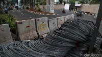 Terlihat pagar besai sudah disiapkan untuk memblokade penutupan jalan.