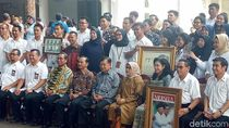 Hari Terakhir Berdinas, JK Foto Bareng Paspampres-Karyawan Setwapres