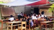 Sekolah Direnovasi, Siswa SD Karawang Belajar di Bawah Terpal