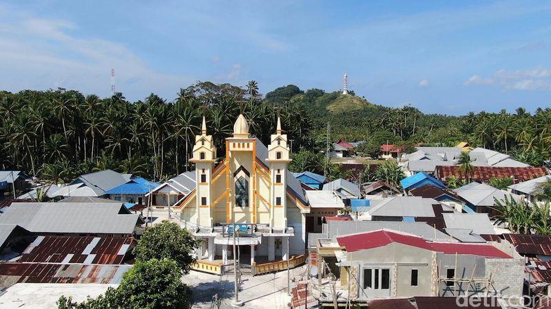 Miangas, jadi pulau perbatasan di Utara Indonesia. Karena berada dalam asuhan Portugis dan Filipina sejak dulu, pulau ini memiliki penduduk dengan agama mayoritas kristen. (detikcom)