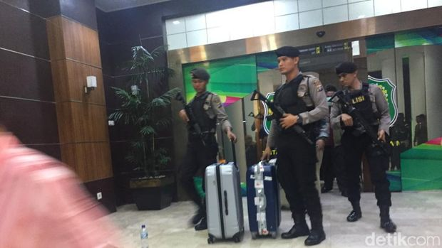 Tim KPK usai menggeledah kantor Wali Kota Medan, Jumat (18/10/2019)