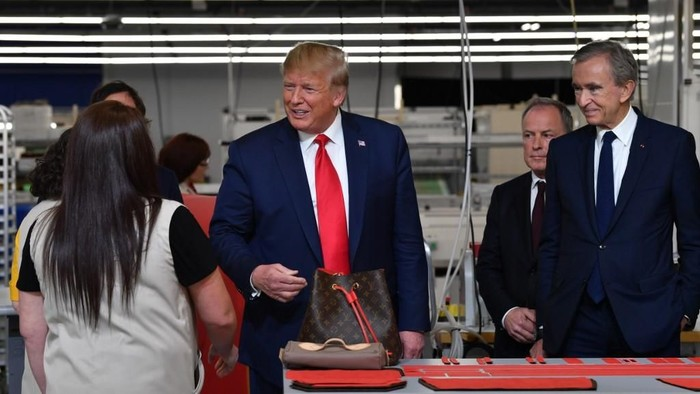 (FromR) Chief Executive of LVMH (Louis Vuitton Moet Hennessy) Bernard Arnault, CEO of Louis Vuitton Michael Burke and US President Donald Trump visit the new Louis Vuitton factory in Alvarado (40 miles south of Fort Worth), Johnson County, Texas on October 17, 2019. - A workshop of the French brand Louis Vuitton will be inaugurated in Texas by Donald Trump, in the presence of Bernard Arnault, CEO of LVMH, who had indicated to the American President in 2017 that he was ready to invest more in the United States. (Photo by Nicholas Kamm / AFP)
