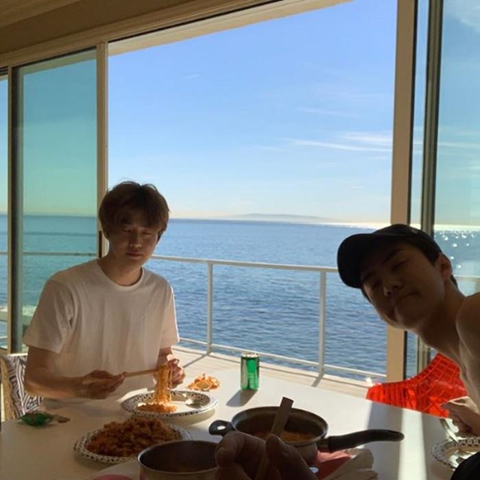 Aktor sekaligus member dari boyband Kpop Exo, Sehun ternyata suka menghabiskan waktu bersama teman dengan kulineran. Di foto ini ia dan temannya menikmati mie dengan pemandangan laut di Los Angeles. Foto: Instagram @oohsehun