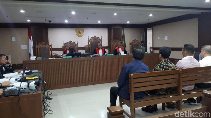 Gubernur Kepulauan Riau (Kepri) nonaktif Nurdin Basirun bersaksi di Pengadilan Tipikor, Jumat (18/10/2019). (Faiq Hidayat/detikcom)
