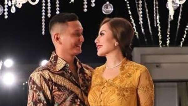 Kemesraan Emma Waroka dan Suami Berondongnya, Ini Foto-fotonya!