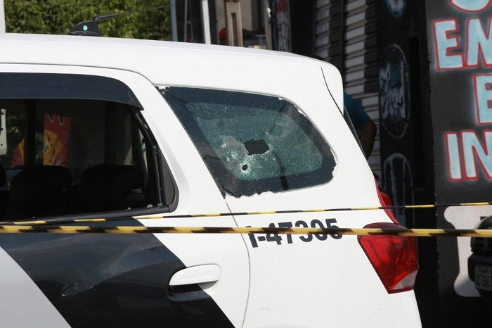 View of a bullet hole on a police car after criminals raided the cargo terminal of the Viracopos International Airport, in Campinas, Sao Paulo state, Brazil, on October 17, 2019. - Heavily armed gunmen raided an airport in Brazil on Thursday, officials said, stealing money from an armored truck before fleeing and taking a mother and baby hostage. (Photo by LEANDRO FERREIRA / AFP)