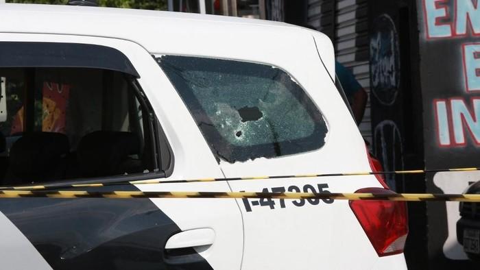 Tampak lubang peluru pada kaca mobil polisi Brasil usai baku tembak dengan perampok bersenjata (LEANDRO FERREIRA/AFP)