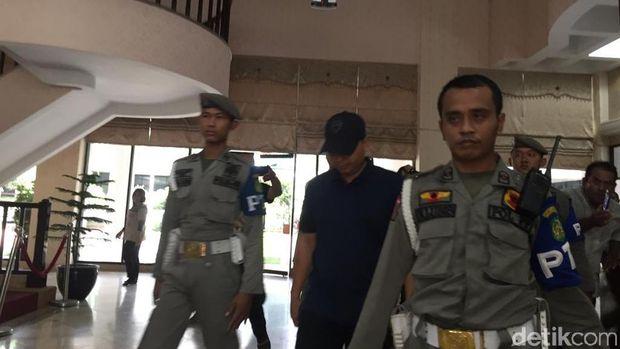Staf Wali Kota Medan, Andika (kaos biru) menyerahkan diri di kantor Walkot Medan