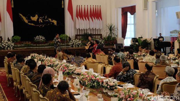 Kukuruyuk! Momen Tak Biasa Jokowi-JK 'Berkokok' di Perpisahan Kabinet