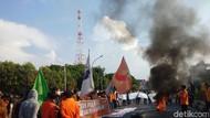 Demo Lanjut, Mahasiswa Makassar Bakar Ban-Blokade Jalan