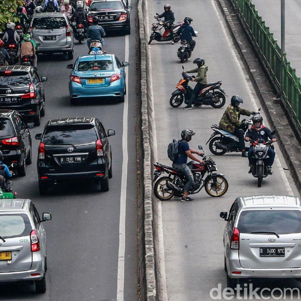 Hindari Razia Polisi, Pemotor Nekat Putar Balik di Jalur Busway