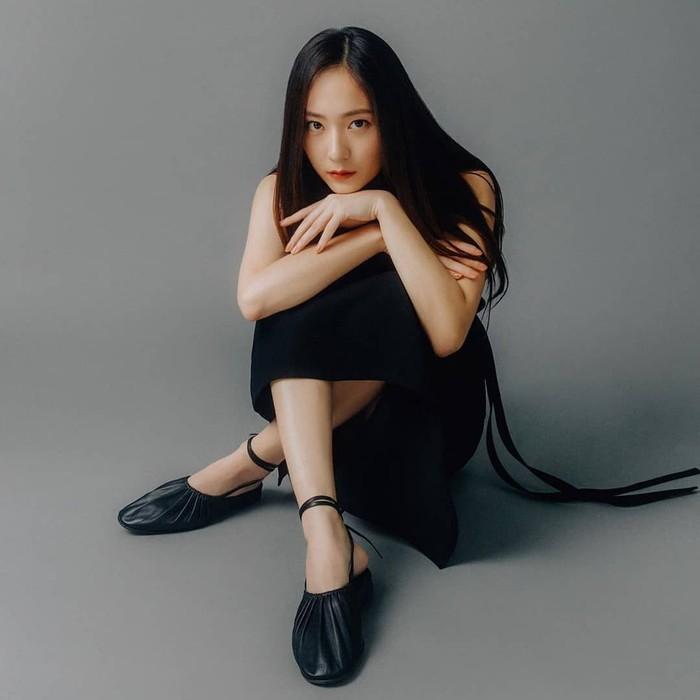 Krystal Jung adalah artis sekaligus penyanyi terkenal asal Korea Selatan. Ia tercatat sebagai member girlband f(X) yang juga sempat menaungi Sulli. Saat kepergian Sulli, Krystal termasuk salah satu yang paling kehilangan. Foto: instagram Krystal Jung