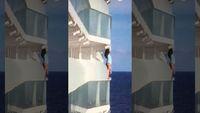 Demi Foto Selfie, Penumpang Ini Naiki Balkon Kapal