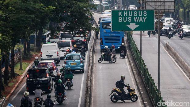 Pemotor berupaya memutar balik menghindari razia di busway