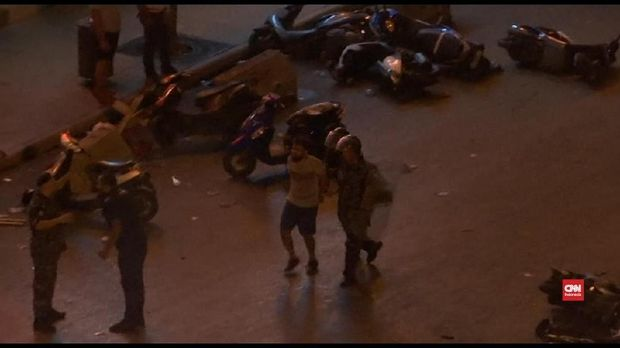 Polisi mencba membubarkan demonstrasi dengan gas air mata.