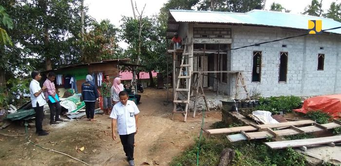 Bantuan yang diberikan melalui program BSPS bukan dalam bentuk uang tunai, namun berupa bahan bangunan. Dalam pelaksanaannya dilakukan oleh masyarakat dengan membentuk kelompok untuk memperbaiki atau membangun rumah secara gotong royong. Pool/Kementerian PUPR.