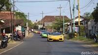 Mobil Lamborghini terlihat mengikuti touring.